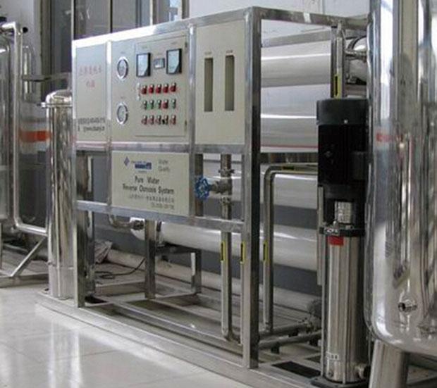 反渗透海水淡化设备结构特点: 1、设备结构紧凑,体积小,安装简单。 2、操作维修方便,清洗维修免拆卸,易管理。 3、设备对进水温度要求不高,只要在5℃~45℃的任何常温海水都可以进行制淡,而且船用设备一般配用功率小,主机、副机工作。